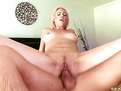 Foreplay in the pool with a cute blonde cocksucker tubes