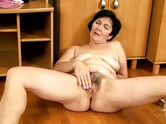 Mom with beautiful curves bares her hairy pussy tubes