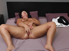 Chubby solo babe fingers her hot cunt in bed tubes