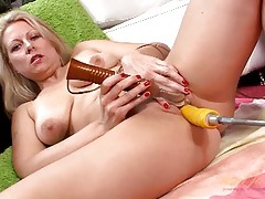 Dildo machine and a vibrator fuck the hot mature tubes